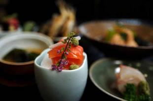 板長手作りの会席料理は、旬の素材をつかって、地元信州のお料理を味わっていただけます。温かいものは温かく、冷たいお料理は冷たくいただけるように、仲居が一品ずつお出しします。