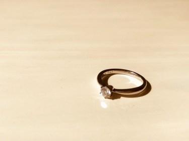 左手中指に指輪をする女性の気持ちや指輪をつける意味を解説