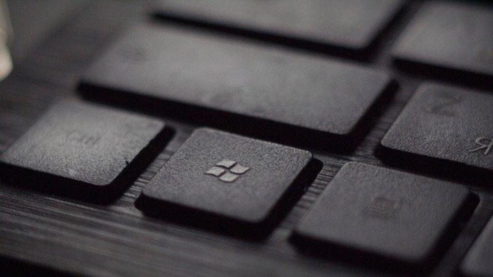 Windows Microsoft. Foto de Tadas Sar on Unsplash.