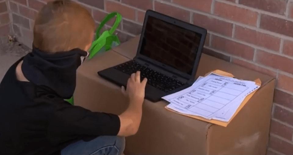 Niño toma clases en línea fuera de su escuela porque no tiene internet en casa