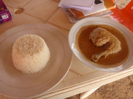 Riz et poulet à l'arachide