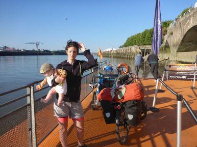 A Nantes, on attend le bateau pour traverser la Loire