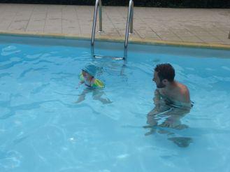Avec les brassards, Adélie peut nager toute seule
