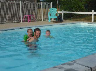 Rafraichissement à la piscine du camping   Refreshment in the swimming pool of the camping