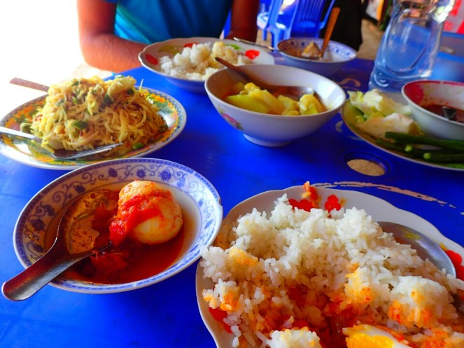Copieux repas en bord de route | Hearty meal on the side of the road