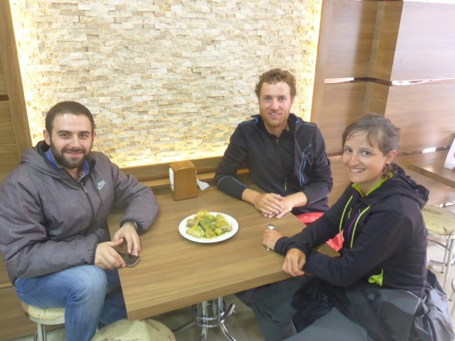 Degustation de baklava avec notre hote Orhan   Tasting of baklava with our host Orhan
