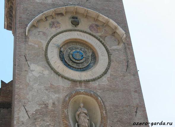 Часовая башня в Мантуе фото