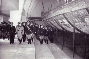 Benito Mussolini, Nemi Müzesi'nde (Il Museo delle Navi Romane) gemilere bakarken