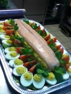 """saumon """"bellevue"""": saumon poché maison avec oeuf mimosa, tomates, sauce whiskey et mayonaise"""