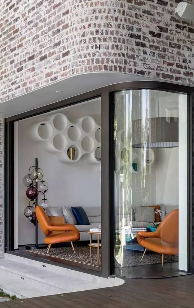 pella kitchen windows dark cherry cabinets 悉尼 将旧建筑延续 营造出全新的生活空间 大众点评网 弧形的建筑外观上铺贴着已略显斑驳的砖块 彰显出古典优雅的气势 大面积的落地玻璃窗让阳光尽情的撒入室内 室内外也因此连城了一个整体 舒适的沙发 俏皮的色彩