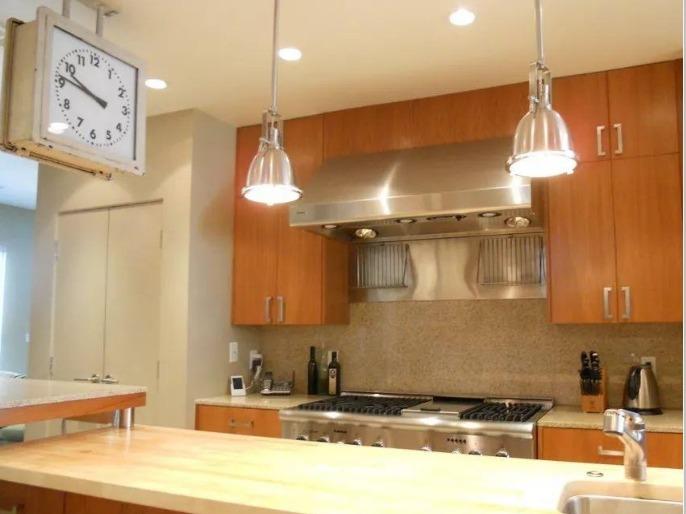 kitchen aid cabinets appliance package 选择合适的厨房灯具让做饭更加行云流水 澳门金沙老虎机 壁柜下方的辅助照明很有必要 很多家庭的厨房都会安装吊柜 若仅有天花板上的灯照明 效果会不尽人意 最好是能在吊柜下方安装辅助光源 这样操作起来更方便