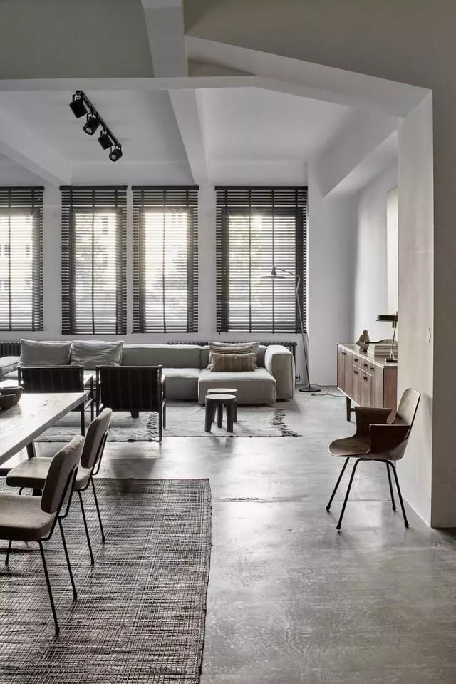 traveling kitchen shelving units 旅行厨房公寓 公寓分为两个单元 通过木制滑动门无缝连接 高高的天花板和大窗户营造出整体宽敞的氛围 明亮的开放式起居室 厨房和用餐区是公寓的中心 朋友聚在一起享受长时间的