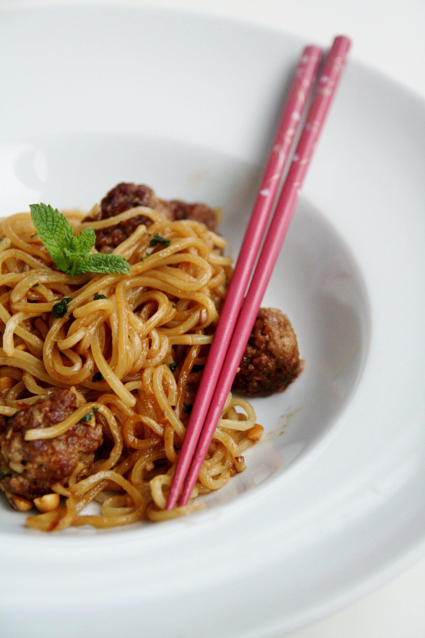 Nouilles chinoises et boulettes  la sauce soja  Thats Amore