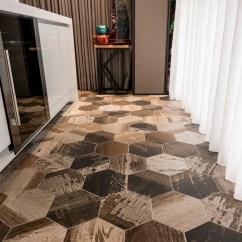 Tile Floors In Kitchen Custom Island 這間裝潢六百萬 老公只能窩後陽台 開放廚房的一面地板為了方便清理 因此選擇磁磚作為地面構成元素 與但是也為了延續整體客廳木質地板的設計 因此選擇廢木感強烈的磁磚花色