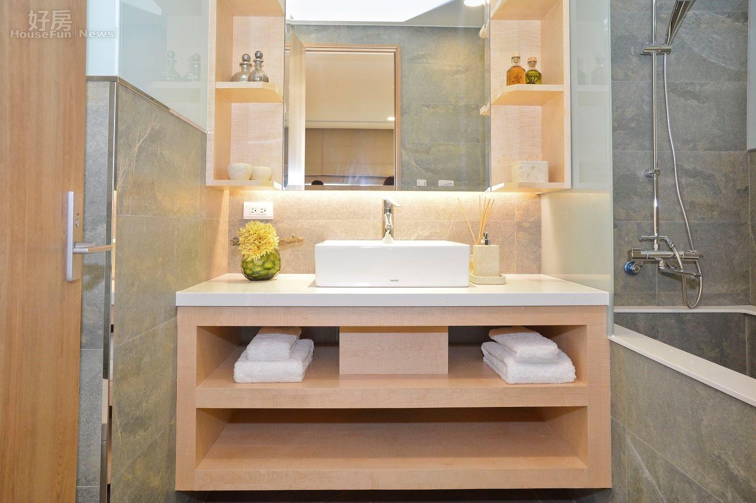 松下營造在臺首案落成 蓋不一樣的房子   浴室也可看出純正日式風格的設計,木製隔層的櫃子與金色的浴缸 ...