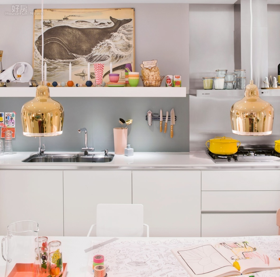 kitchen paints aid stand mixer 小宅狂潮來了 廚房壁面採用灰色系油漆粉刷 整體感覺不失穩重且大方 也因為無磁磚的黏貼設計 較無須擔心長久下來磁磚縫卡油煙失去原本的質感