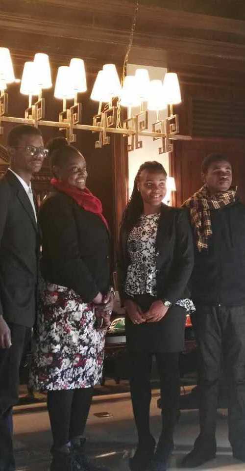 Mme Cherett Campbell, ministre conseillère à l'ambassade de la Jamaïque (3ème à gauche), est entourée d'étudiants de deux des plus grandes universités de l'île.  Ils ont été parrainés par Huawei pour participer à son programme de formation de premier cycle