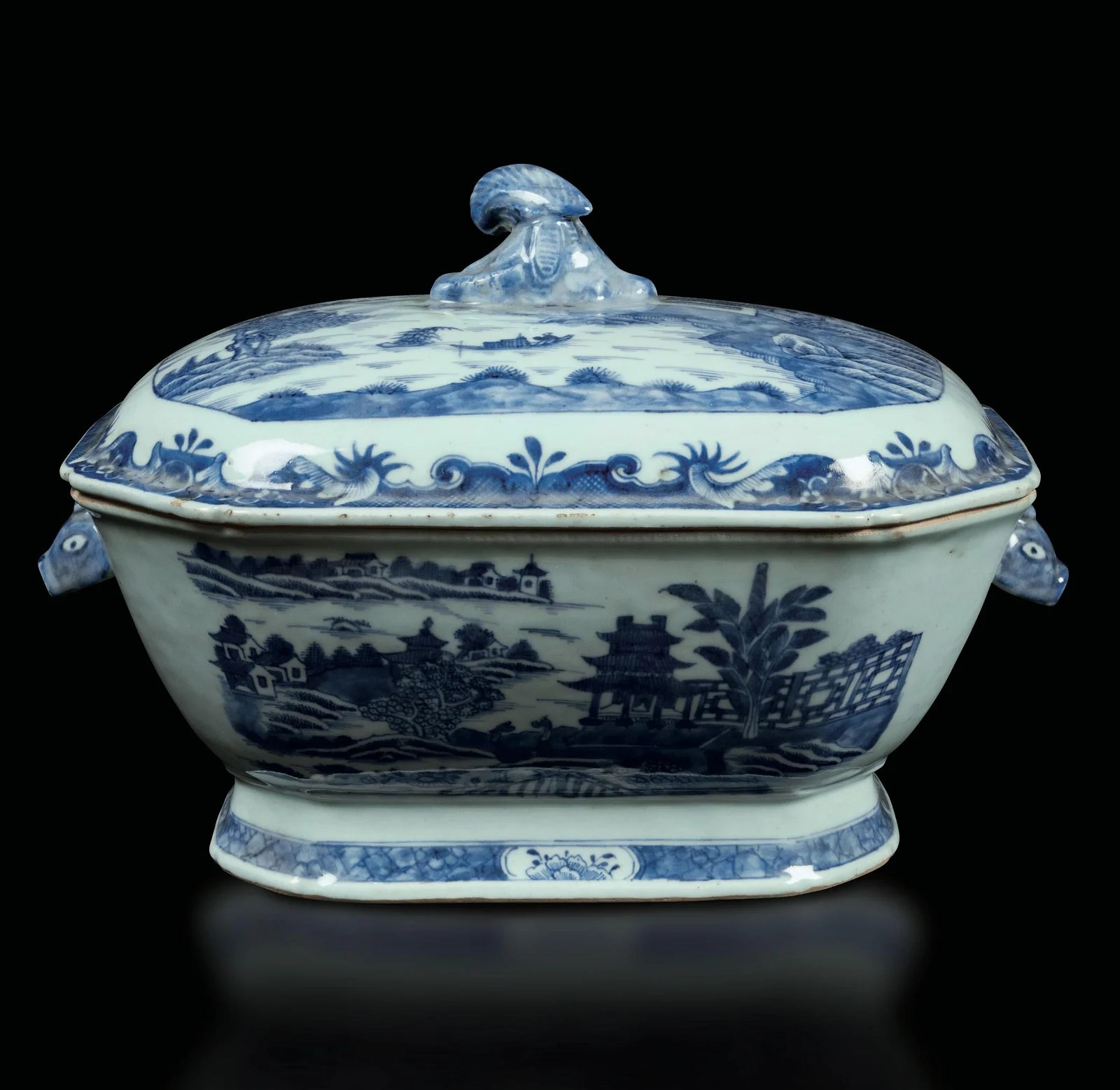 A porcelain tureen, China, Qing Dynasty