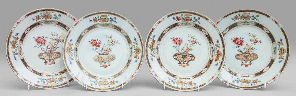 Quattro piatti in porcellana Famiglia Nera,