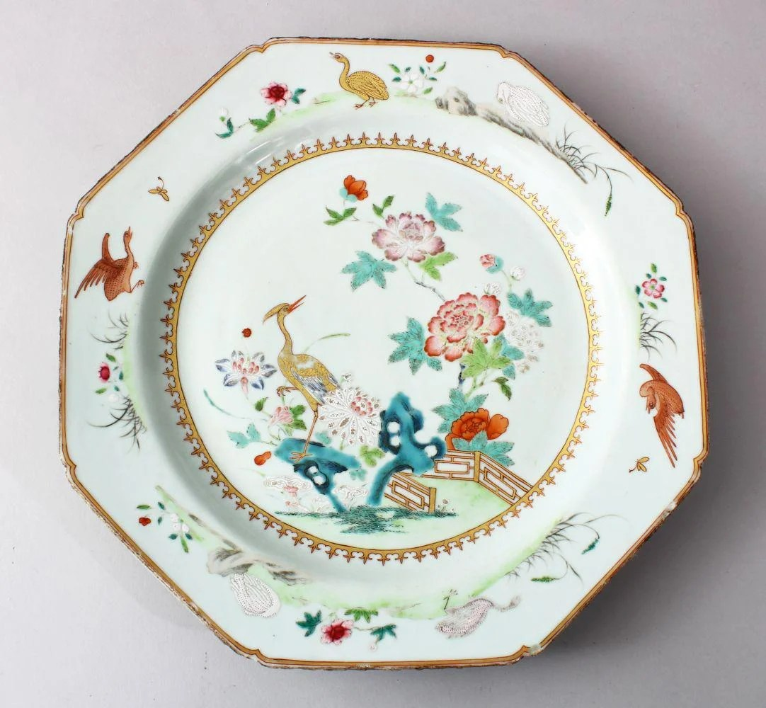 AN 18TH / 19TH CENTURY CHINESE FAMILLE ROSE OCTAGONAL