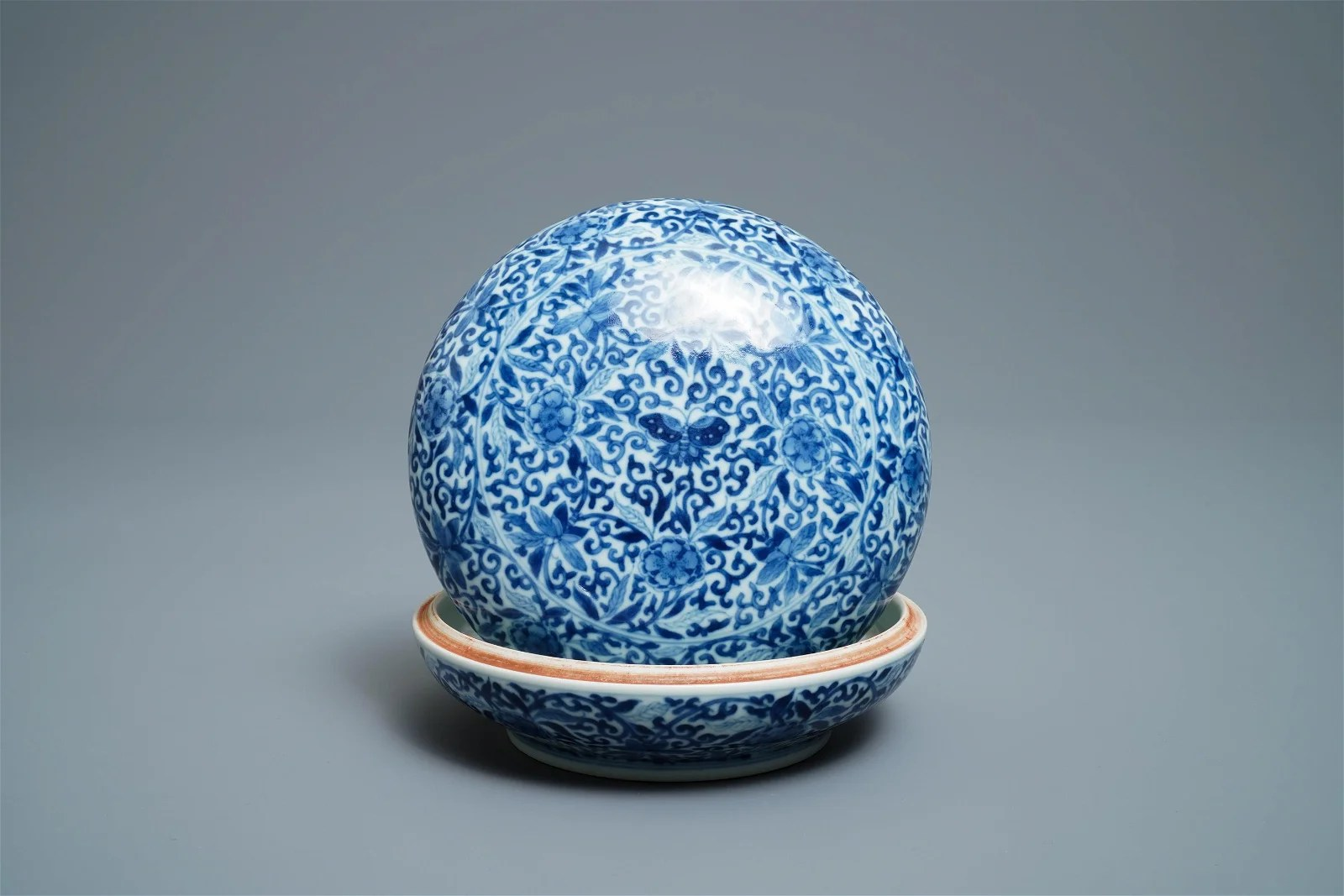 A Chinese blue and white 'butterfly' seal paste box and