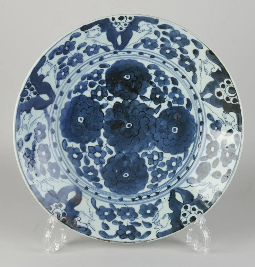 17th century Chinese or Japanese dish Ø 29.5 cm.