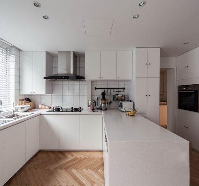 blue kitchen rugs counter tiles 厨房设计有几种阳光厨房设计有什么特点 大众点评网 覆盖大半个墙的玻璃窗和玻璃天花板 让厨房的采光不能再好了 不仅能看到外面的风景 还能通风散味 加上白色的橱柜和蓝色的地毯 干净而明亮 有这么美的厨房 不会做