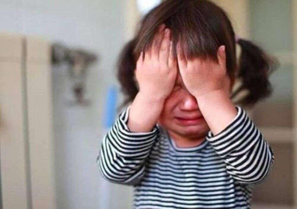 都是第一次上幼兒園。其他寶寶哇哇哭。萌娃「大佬」坐姿笑看風雲 - 第一新聞