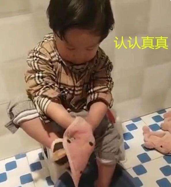 寶寶衛生間久不出來,寶媽查看卻被眼前一幕逗笑:這麼小就糊塗了