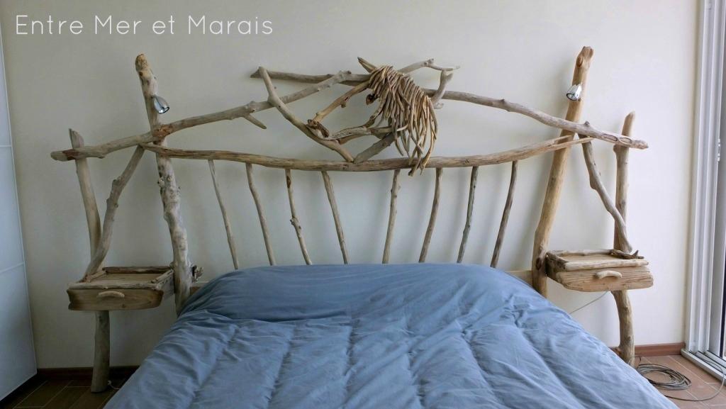 tetes de lit en bois flotte entre mer