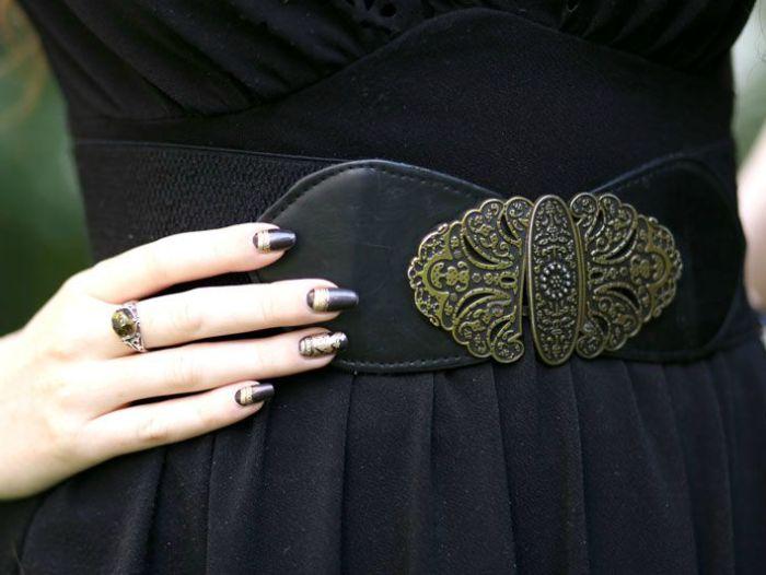 enue-du-jour-mode-petite-robe-noire-asos-ceinture-newlook-collier-pendentif-ambre-elfique-rousse-decollete-ajoure-balerines-h-et-m (2)