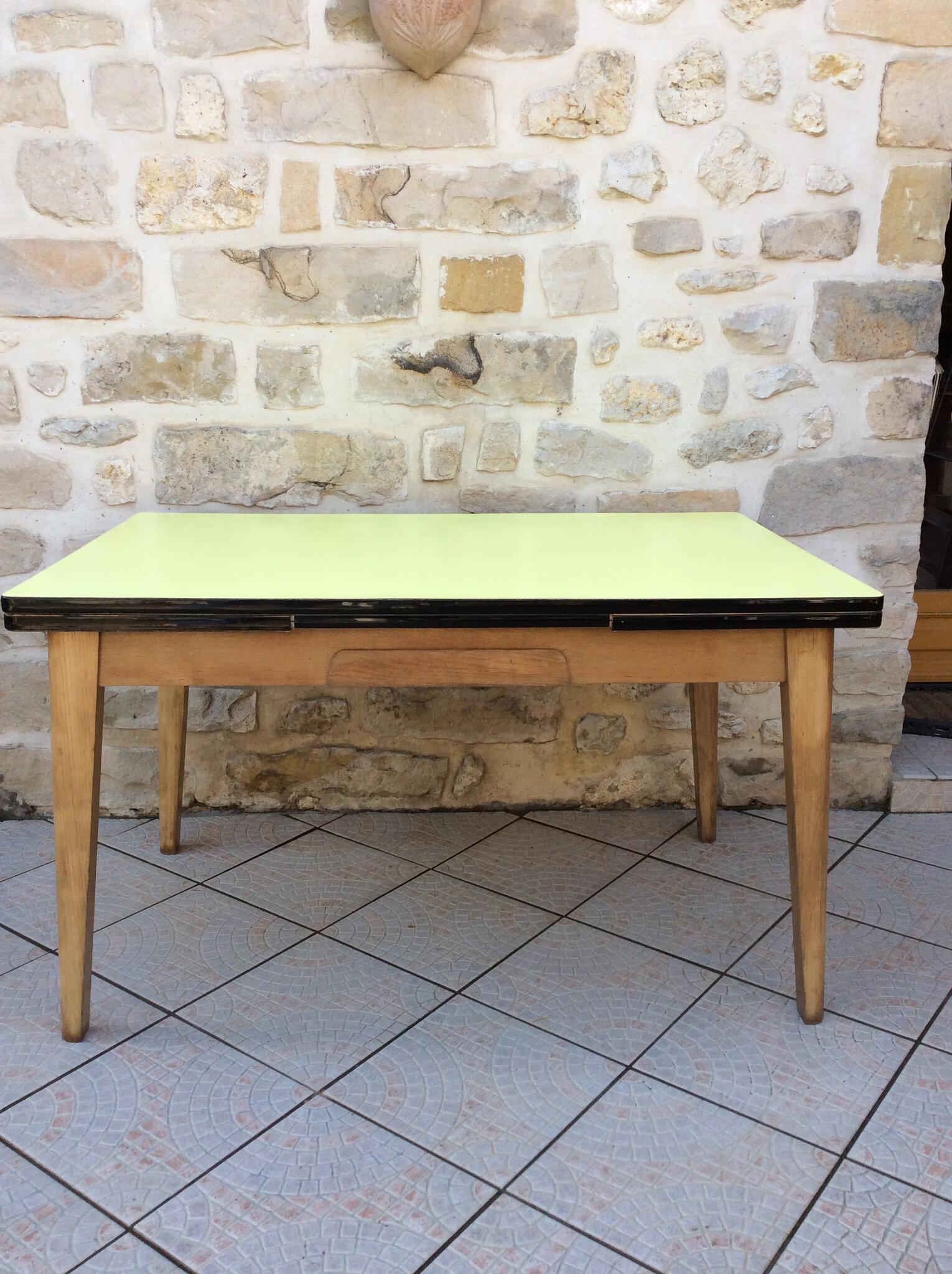 ancienne table en formica jaune et
