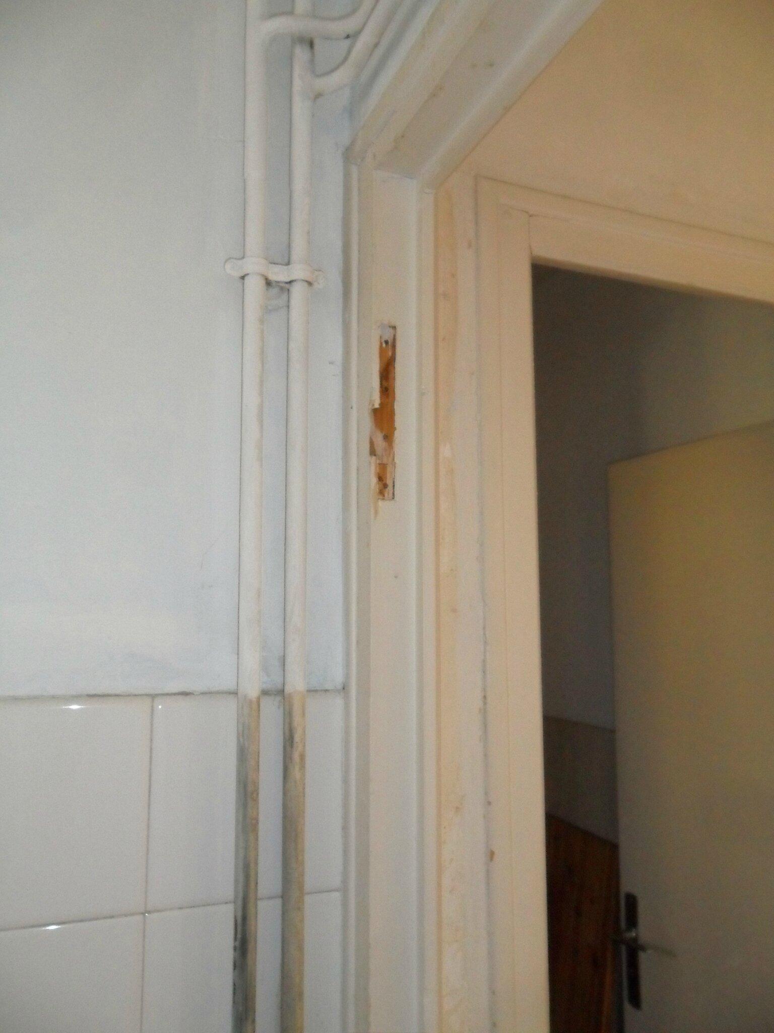 une porte battante en porte coulissante
