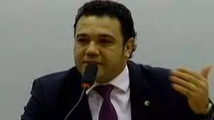 Deputado acusado de racismo e homofobia pede voto de confiança