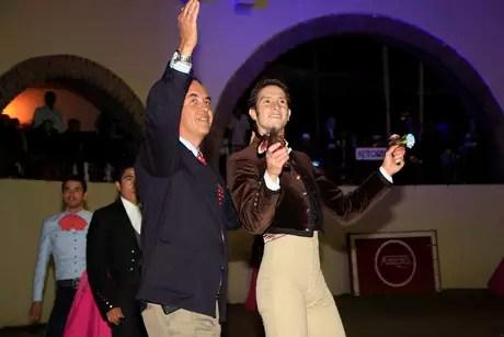 Arturo Saldivar dio la vuelta al ruedo con elganadero Juan Pedro Barroso. Foto: Humbert / Humbert