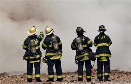 Bomberos de Nueva York, en las labores de extinción de un incendio. Foto: EFE/Archivo