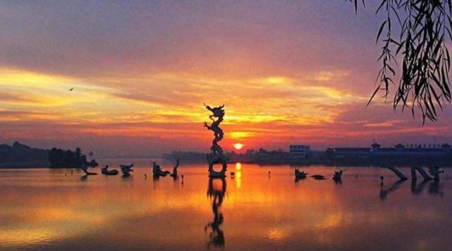 河南的一個縣城,不跟任何外市接壤,縣政府還處於湖心島上