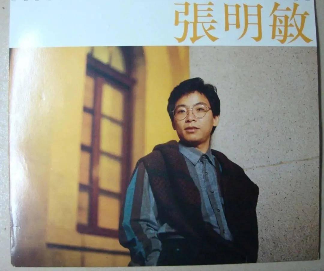 張明敏:首位上春晚的香港歌手。年逾花甲頭發花白。愛國心仍熾熱_中國