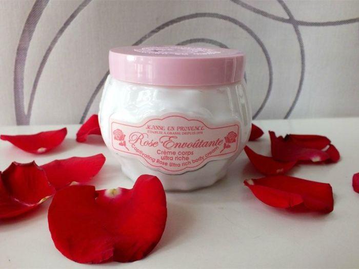 Jeanne-en-provence-creme-corps-ultra-riche-rose-eau-de-parfum-rose-envoutante-angelique-revue (1)