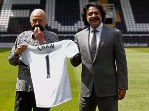 Mohamed Al Fayed (à esq.) prometeu arrancar bigode de Shahid Khan se ele não conservar a estátua de Michael Jackson Foto: Reuters