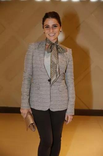 1a2550a96 Giovanna Antonelli completou look com paletó com lenço amarrado no pescoço.  A atriz deu um laço, como se faz em uma fita e deixou as pontas mais  compridas.