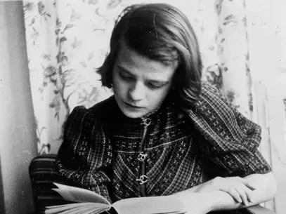 Imagem tirada em 1941 mostra Sophie Scholl lendo um livro Foto: AFP