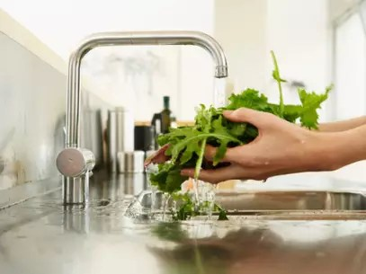 Verificar a procedência dos alimentos é uma forma de garantir uma viagem sem contratempos Foto: Getty Images
