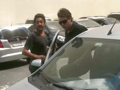 Ricardo e Alexandre deixaram apressadamente o DHPP após buscar documentos do cator Foto: Rafael Machtura / Terra