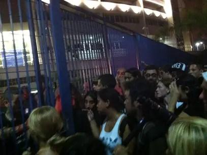 Grande número de pessoas causou tumulto no início do velório do músico Foto: Natalia Julio / Terra