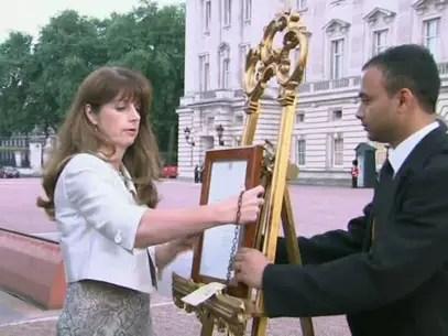 Anúncio oficial é colocado em frente ao Palácio de Buckingham, em Londres Foto: AP