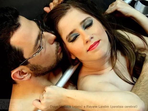 Diego Madeira, 29 anos, teve má-formação na coluna vertebral. Na imagem, ele posou junto à modelo Rayane Landim, que tem paralisia cerebral Foto: Kica de Castro / Divulgação