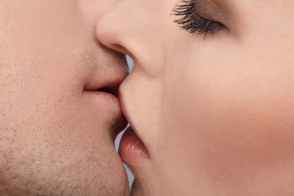 A mononucleose infecciosa é conhecida como doença do beijo simplesmente pelo fato do vírus Epstein-Barr ser transmitido assim pelo beijo. Os sintomas são mal-estar, febre, dor de cabeça e de garganta, aumento de gânglios, ínguas no pescoço e inflamação leve e transitória do fígado (hepatite). A prevenção é feita fortalecendo o sistema imunológico. Foto: Shutterstock