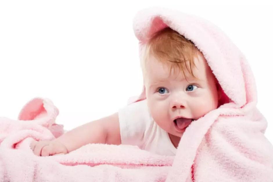 Os sintomas são clássicos: irritação, dor e coceira na gengiva e o bebê começa a levar tudo para a boca para aliviar essa sensação Foto: Shutterstock
