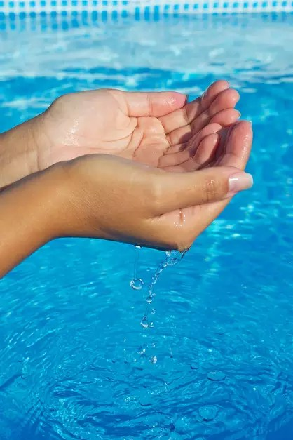 Nesta época, antes de mergulhar, é fundamental analisar as condições de limpeza das piscinas para fugir de micoses, alergias e outros problemas dermatológicos comuns nos ambientes aquáticos Foto: Shutterstock